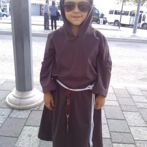 Bambino pietrino compie sette anni e indossa il saio di San Pio