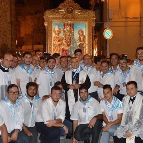 Fedeli festeggiano in pochi giorni l'esaltazione della Croce e la festa della Compatrona. Applausi per il Tappeto Siciliano allestito con i prodotti della terra.