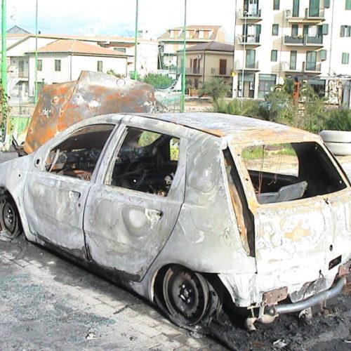 Pietraperzia. Auto in fiamme in via Caduti di via Fani: a domare l'incendio i vigili del fuoco