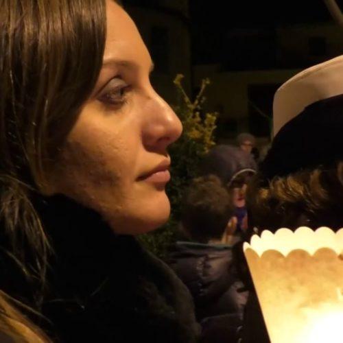 """Video / Un corteo di gente fino alla casa di Francesco Ferreri. Don Ciotti: """" Io so che questa fiaccolata è viva"""""""