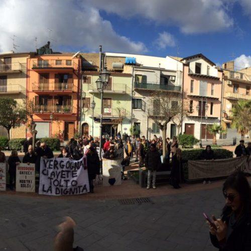 Sit-in davanti la sede del comune di Barrafranca per il mancato pagamento sulle rette ricovero degenti