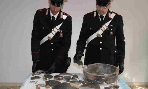 Aidone. Rinvenuto dai Carabinieri della Compagnia di Piazza Armerina importante cratere del periodo ellenico, varie monete antiche e un revolver