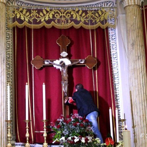 La pratica cristiana del BACIO al Crocifisso durante l'OTTAVA del SS CROCIFISSO