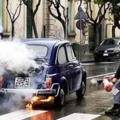 Enna. Auto storica, una Fiat 500 in fiamme: poliziotti salvano anziano