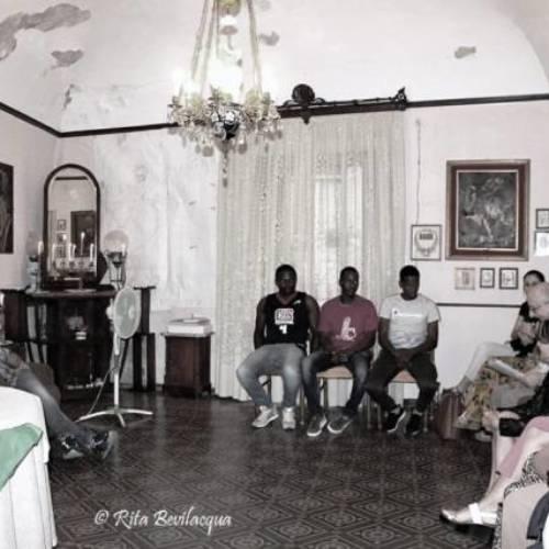 """Il Salotto artistico-letterario """"Civico 49"""" incontra culturalmente alcuni giovani immigrati ospitati al CAS di Barrafranca"""