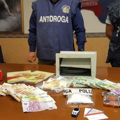 Caltanissetta, operazione antidroga della Polizia di Stato, sequestrati 83 grammi di cocaina e 94mila euro in contanti, due arresti. Lo spaccio della sostanza tagliata avrebbe fruttato 40mila euro