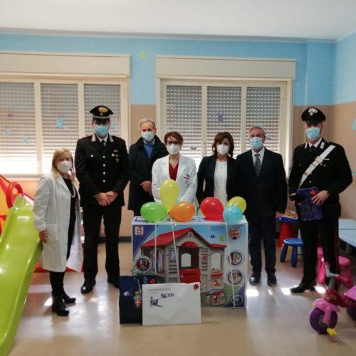 PIAZZA ARMERINA. I Carabinieri della Compagnia di Piazza Armerina regalano un sorriso ai bambini ricoverati presso il reparto Pediatria dell'Ospedale Michele Chiello della città dei mosaici.