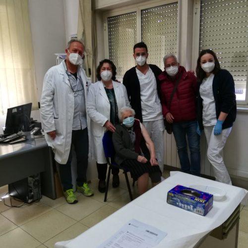 ASP Enna. Vaccinazione di prossimità a Barrafranca. Una signora di 100 anni la prima a essere vaccinata