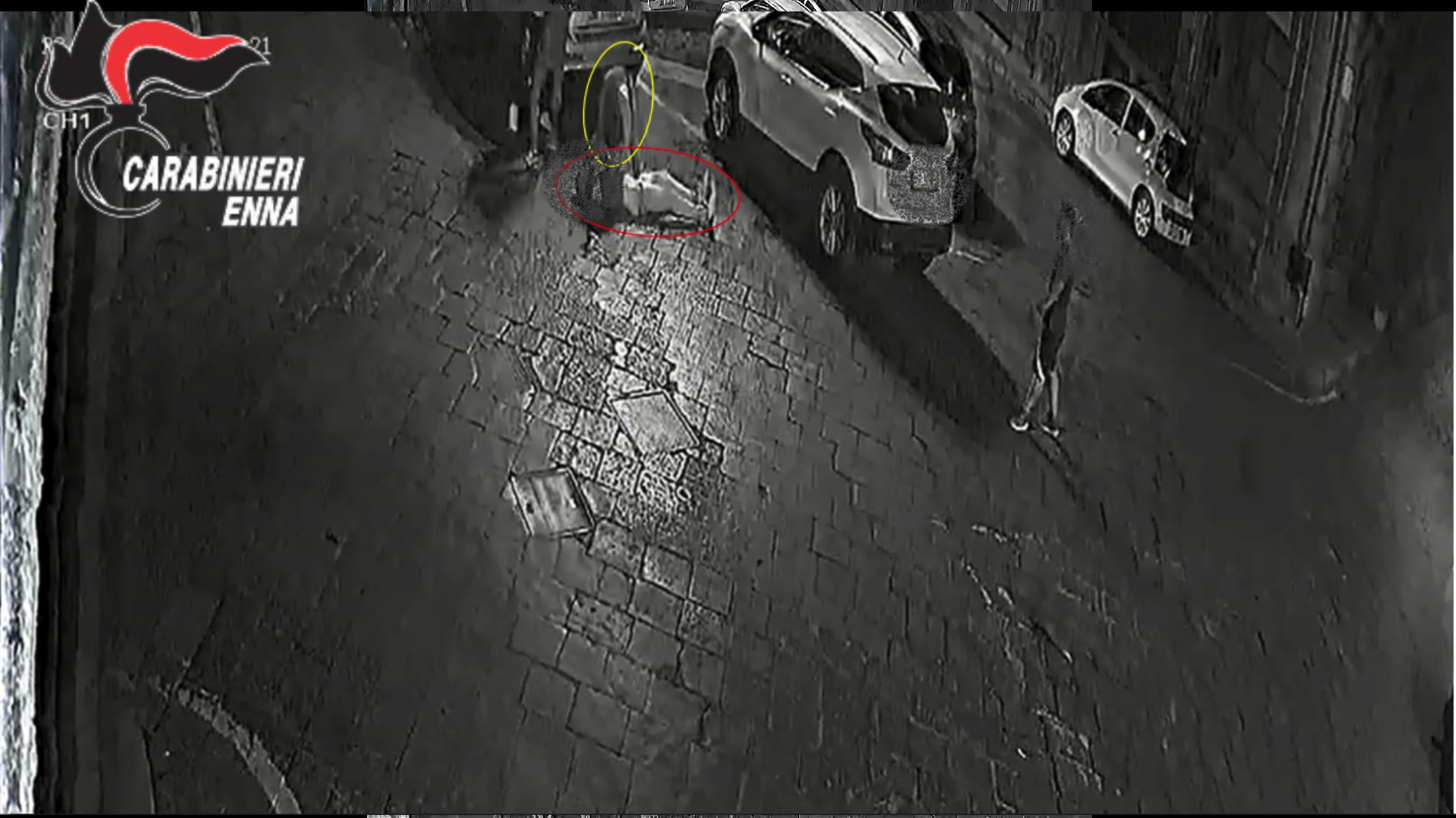 PIAZZA ARMERINA. Arresti domiciliari ed obbligo di presentazione alla polizia giudiziaria nei confronti di tre giovani locali accusati di aver partecipato ad una violenta rissa lo scorso 22 agosto in pieno centro nella città dei mosaici.
